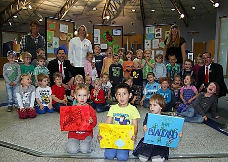 Farbenfroh eröffneten die Kinder der evangelischen Kindertagesstätte Orsoy in der örtlichen Geschäftsstelle der Sparkasse ihre Ausstellung. Dort zeigen sie bis Mittwoch, 24. Juni, die Ergebnisse ihres dreimonatigen Farbprojektes.