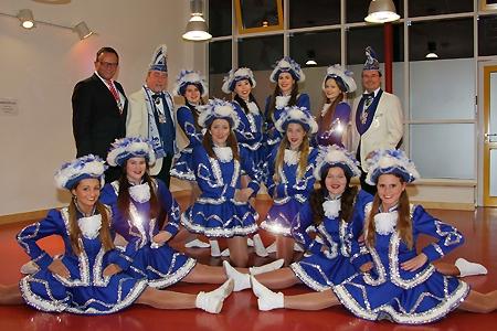 Die Tänzerinnen der Elfengarde präsentieren ihre neuen Uniformen. Die Präsidenten der KG Elfenrat, Jörg Thiel und Klaus Likar, bedankten sich für die Sparkassenspende bei Vorstand Frank-Rainer Laake (l.).