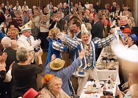 Prinz Nobbi I. und Prinzessin Tina I. halten Einzug beim Sparkassen-Seniorenkarneval im Kulturzentrum Rheinkamp
